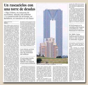 Un rascacielos con una torre de deudas copia